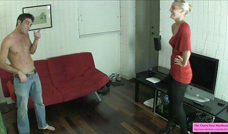 شلخته نوجوان از خود راضی است در حالی که او فیلم رقص های سکسی در خانه به تنهایی