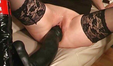 له ناراضی گسترش پاهای او را در مقابل قص سکس یک موز ایستاده و آن را با بیدمشک او در زمان