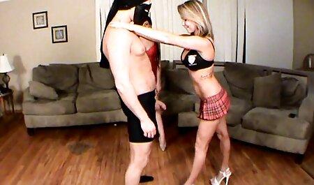 او سرگرم سوراخ خود را با یک رقص خیلی سکسی خروس لاستیکی بزرگ به عنوان او در یک نمایش قرار می دهد برای کسی که آن را دستور داد آنلاین