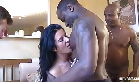 سه جوجه و یک مرد بسیار غنی fucks در آنها را رقص با لباس سکسی در دهان و یکی در