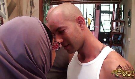 مرد فیلم برداری در یک دوربین مخفی در حالی که منشی fucks در همسر کلیپ رقص سکسی خارجی خود