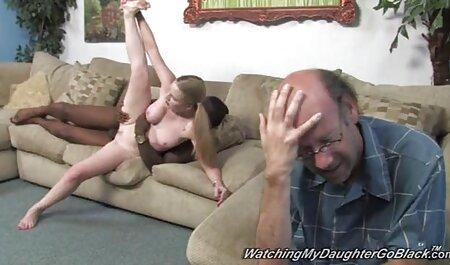 زن زیبا نشان سکسی ترین رقص می دهد بدن برهنه او در سونا