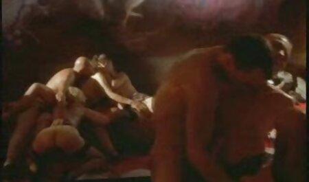 عیار ماهرانه بمکد یک دوست در حالی که او طول می کشد یک عکس بر سایت رقص سکسی روی دوربین